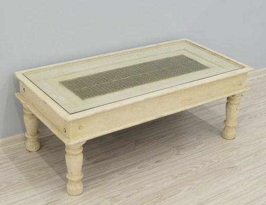 Bielony postarzany stolik kolonialny z szybą