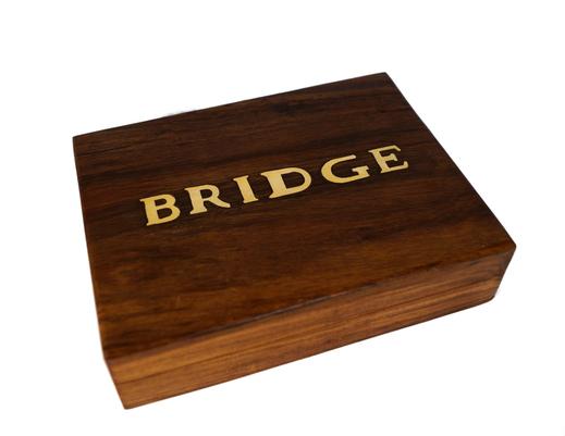 Drewniane pudełko indyjskie z dwoma taliami kart do brydża
