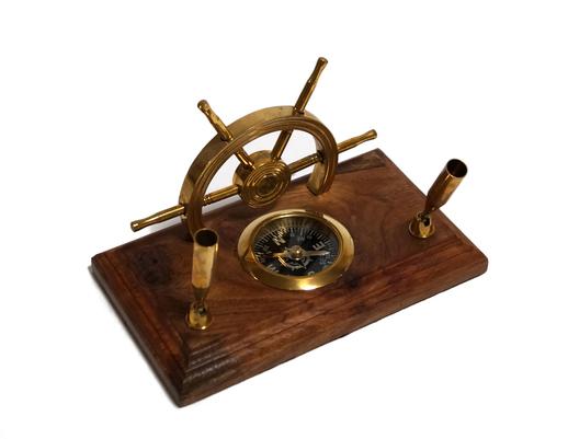 Uchwyt stojak na długopisy drewniany z kompasem i sterem