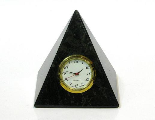 Piramida z zegarkiem z czarnego onyksu