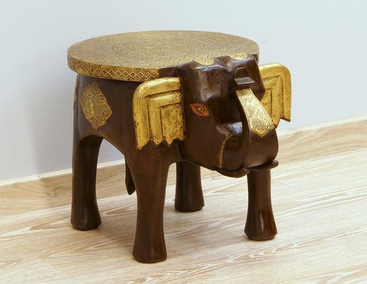 Stolik słoń z ozdobnymi okuciami z litego drewna mango
