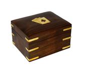 Drewniane pudełko indyjskie z trzema taliami kart