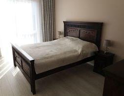 Sypialnia w eleganckim wydaniu - pomysły na aranżację w stylu kolonialnym z rzeźbionymi meblami z litego drewna akacji   indyjskiej